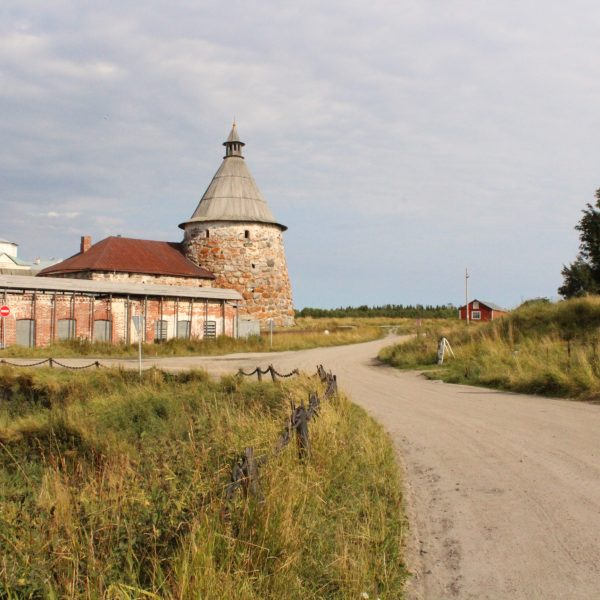 Figure 1: The Solovetsky Monastery's White Tower (Belaia bashnia) and Kiln (Sushilo)