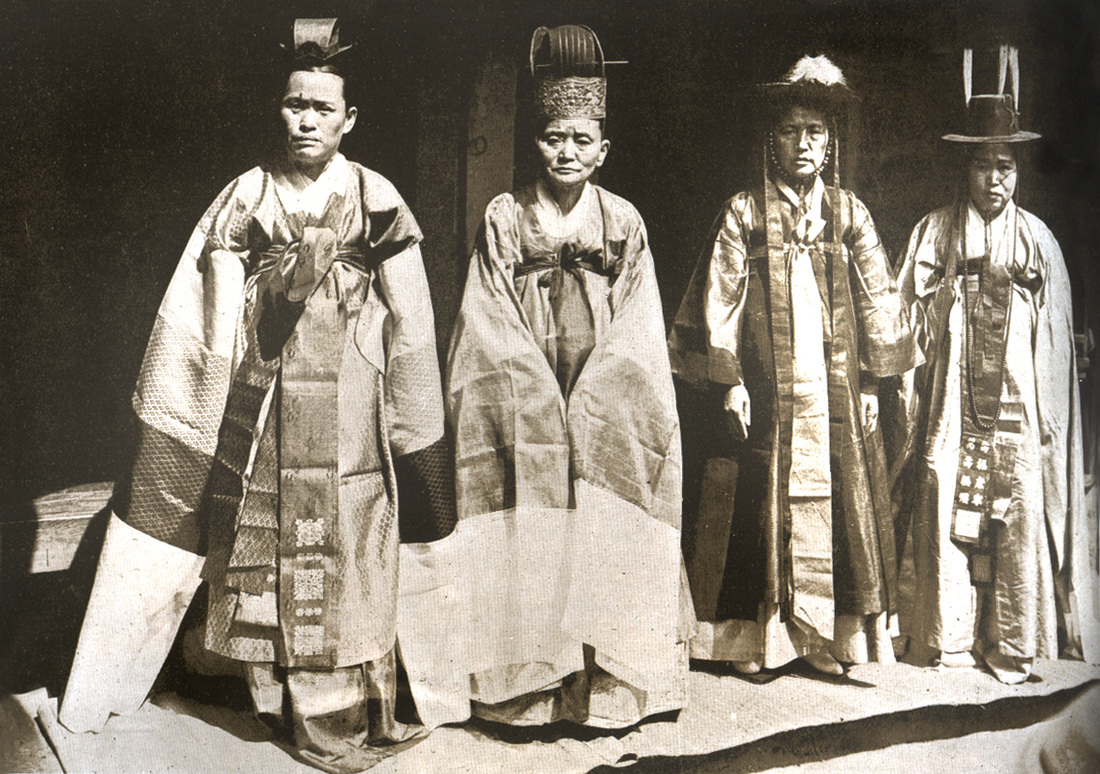 Village Mudangs 조선의 무당사진 c. 1900. Taken by Swedish Journalist named Ason